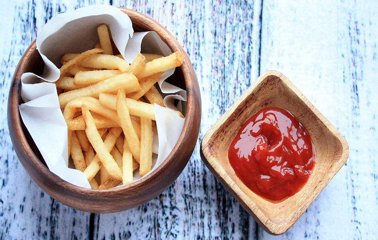 cartofi-prajiti-cu-ketchup